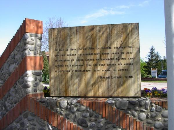 l'arrière du monument aux morts de Flourens avec la citation de Martin Luther King