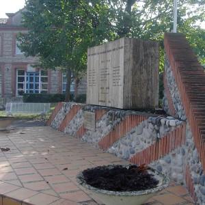le monument aux morts sur la place de la mairie
